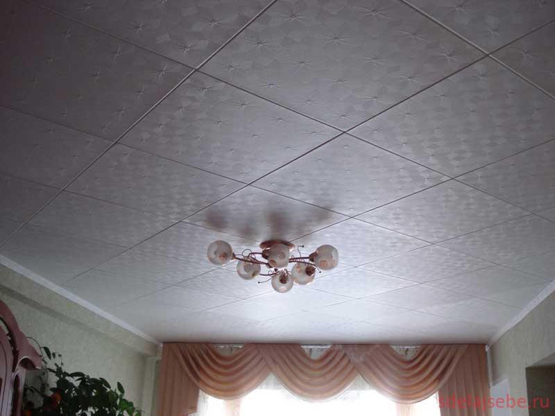 Поклейка плитки ПВХ на потолок