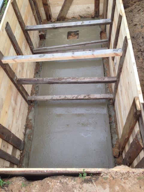 Залили бетонный пол в смотровой яме
