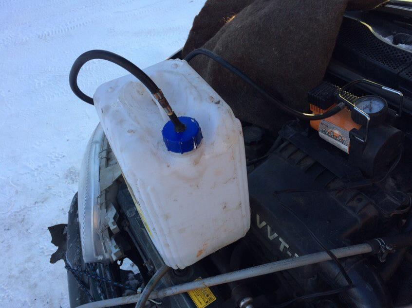 Накачиваем давление в канистру для лучше подачи промывающей жидкости в радиатор печки тойота