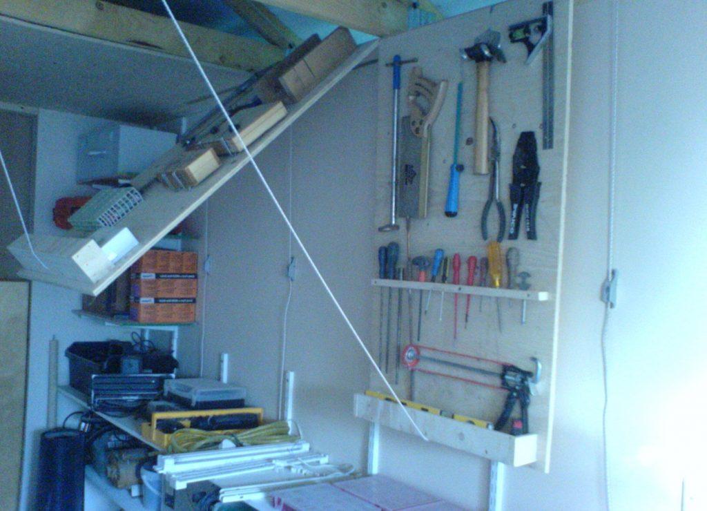 скрытые стеллажи и полки в потолке