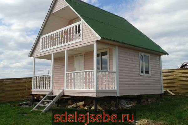 баня с балконом с зеленой крышей