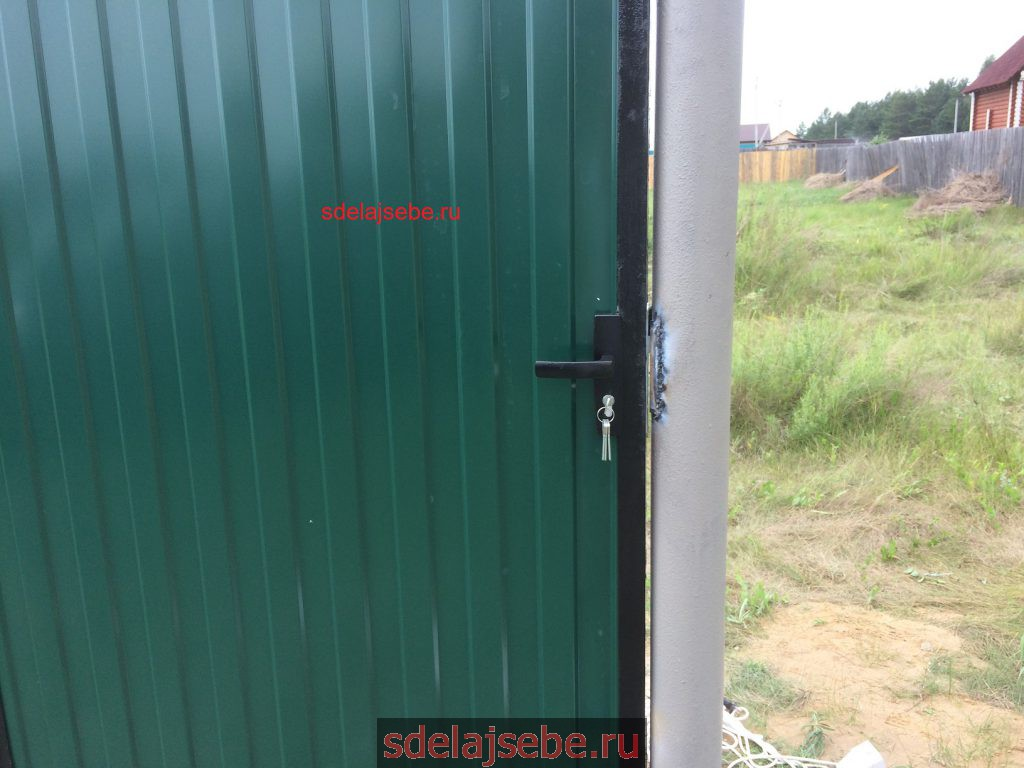 калитка из профлиста с8 с врезным замком в рамке