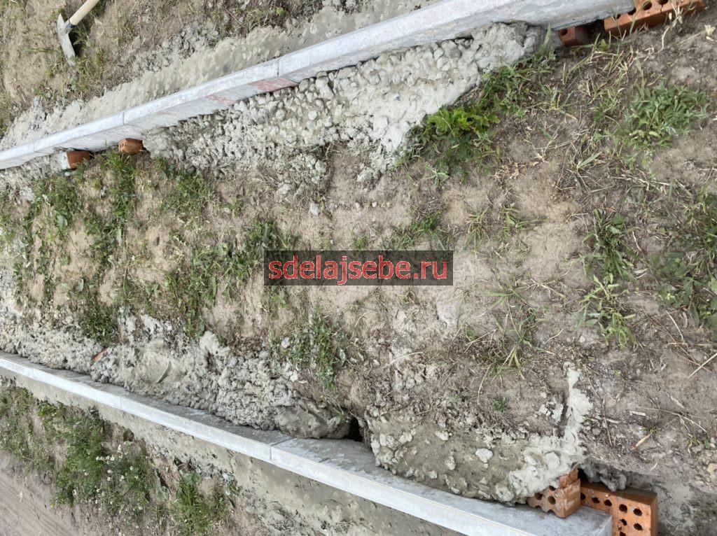 заливаем бетоном бордюрный камень на даче