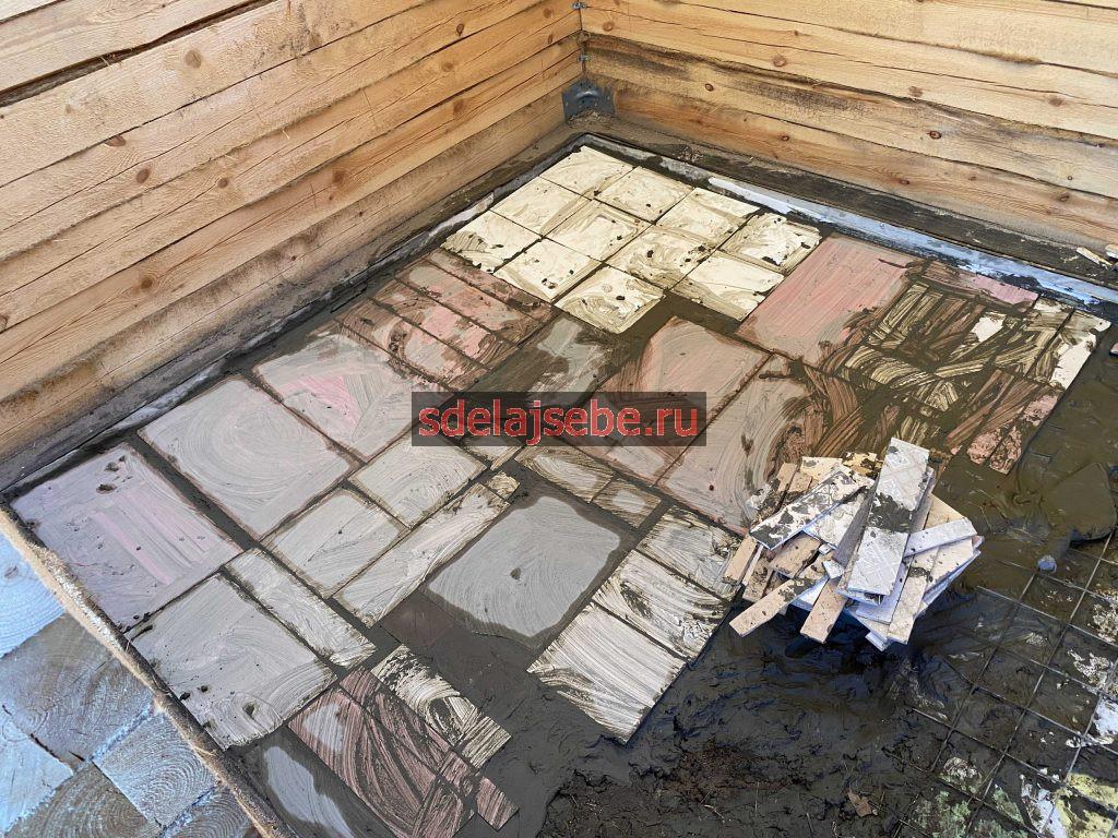 сверху укладываем остатки керамической плитки для бетонного пола в бане